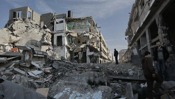 Жители Газы среди разрушенных бомбардировками жилых домов. Архивное фото