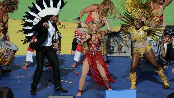 Певица Шакира выступает перед финальным матчем ЧМ