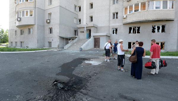 Жильцы многоэтажного дома, пострадавшего после обстрела Донецка. Архивное фото