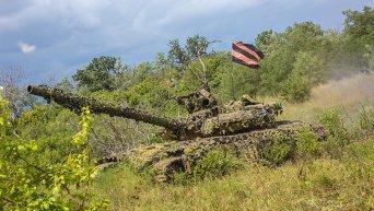 Боец ополчения на танке на востоке Украины