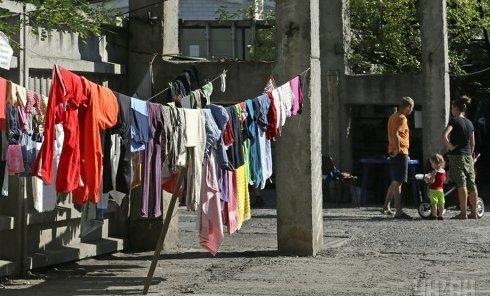 Переселенцы с востока Украины живут в ангаре заброшенного завода