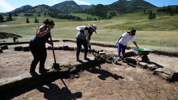Археологи во время раскопок. Архивное фото