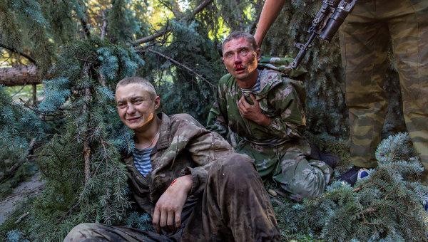 Раненые украинские десантники, взятые в плен в ходе боя за город Шахтерск. Архивное фото