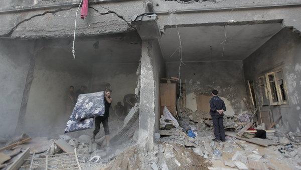Жители Газы на месте разрушенного дома. Архивное фото