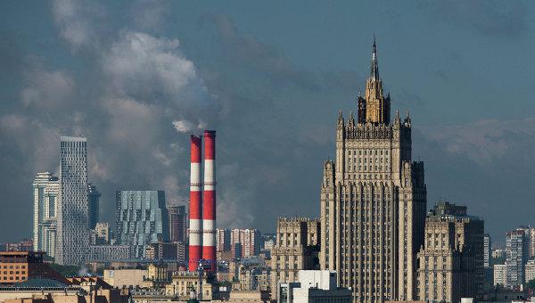 Азаров: украинцам пора прозреть и подумать, кто их