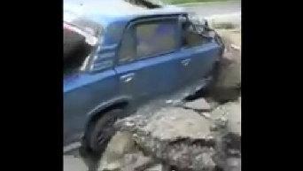 В автомобиль жителя Донецка чуть не попал снаряд. Видео