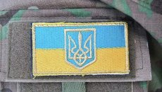 Украинская символика на форме военного. Архивное фото