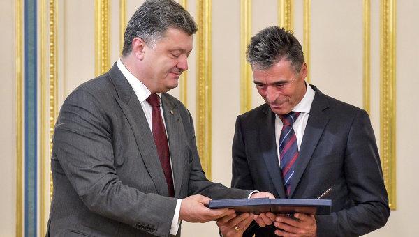 Петр Порошенко и Андерс Фог Расмуссен. Архивное фото