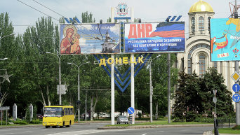 Билборды с плакатами Они просят помощи и ДНР - республика народной экономики без олигархии и коррупции на одной из улиц города Донецка (9 июля 2014)