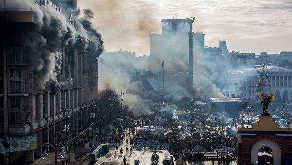 Горящий Дом профсоюзов во время Евромайдана. Архивное фото