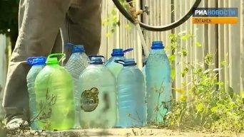 Жители Луганска выстраивались в очередь за питьевой водой