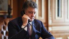 Петр Порошенко говорит по телефону. Архивное фото