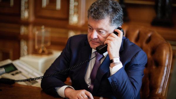 Петр Порошенко во время телефонного разговора. Архивное фото
