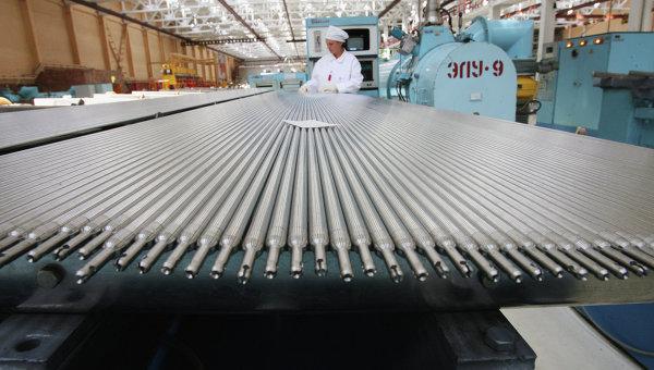 Участок снаряжения тепловыделяющих элементов для атомных электростанций. Архивное фото