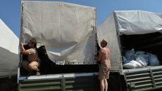 Колонна автомобилей с гуманитарной помощью. Архивное фото
