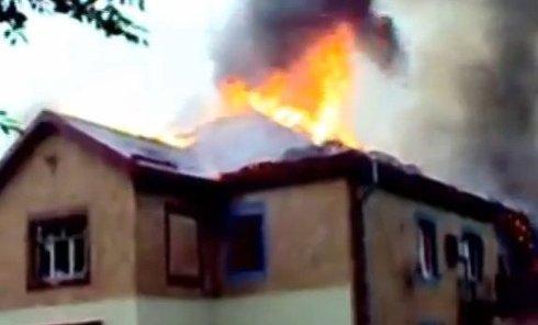 После обстрела горит суд в одном из районов Макеевки. Видео