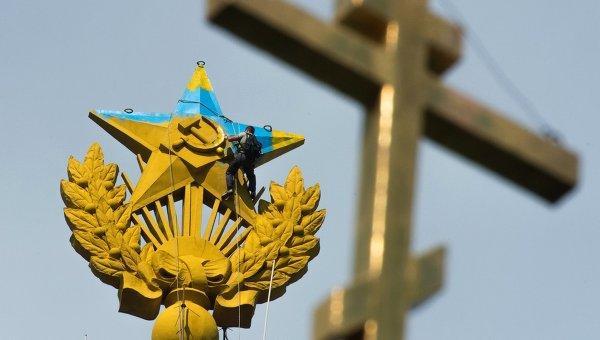 Неизвестные выкрасили шпиль высотки на Котельнической набережной в цвета украинского флага