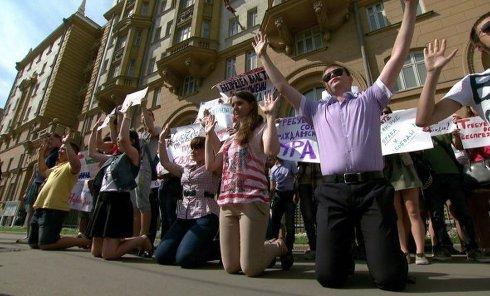 Студенты встали на колени у посольства США в Москве. Видео