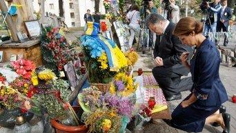 Возложение цветов к Кресту на месте гибели Небесной Сотни
