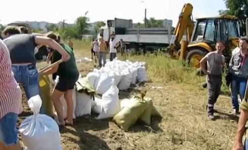 Жители Мариуполя роют окопы на границе города