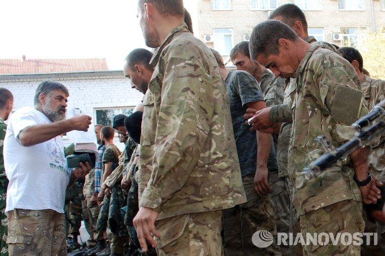 Пленные украинские военные вывезенные из окружения под Иловайском