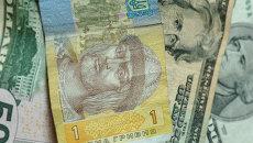 Гривна и доллары. Архивное фото