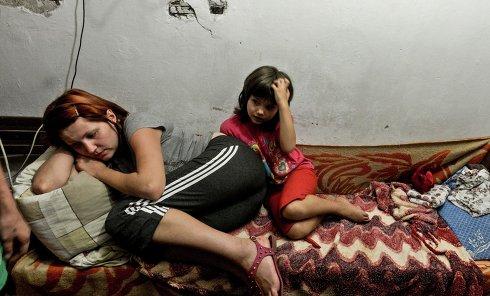 Жители Донецка в бомбоубежище