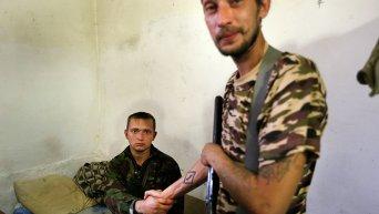 Пленный украинский солдат Артем жмет руку ополченцу