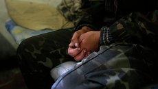 Пленный украинский солдат в камере в Старобешево