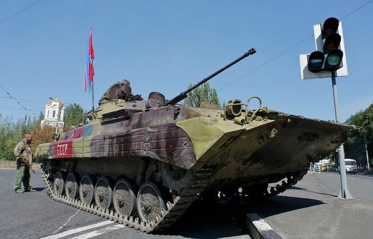 Ополченцы ремонтируют БТР в Донецке
