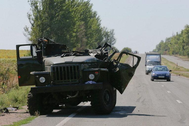 Уничтоженный грузовик на дороге в городе Оленовка недалеко от Донецка