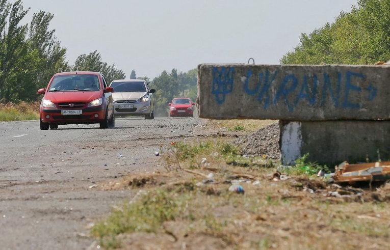 Остатки разрушенного украинского контрольно-пропускного пункта на дороге недалеко от города Оленовка