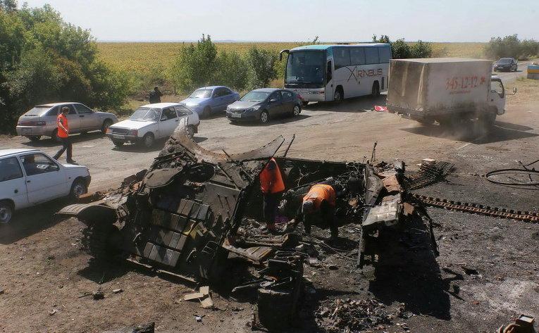 Башенка с пушкой от танка украинской армии на месте разрушенного украинского КПП около Оленовки.