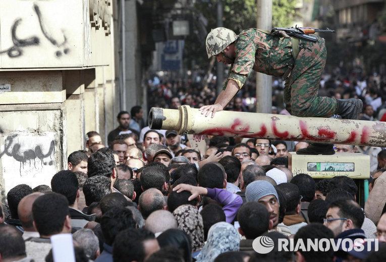 Египетский военный беседует с демонстрантами на центральной площади Каира Тахрир