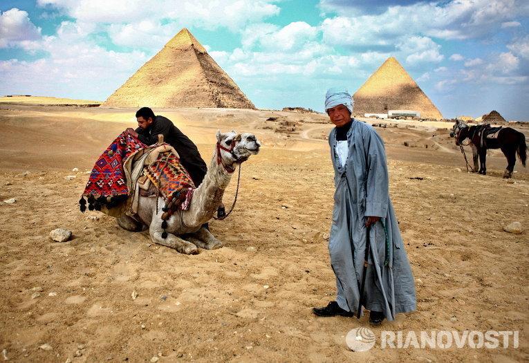 Местные жители у пирамид в Гизе