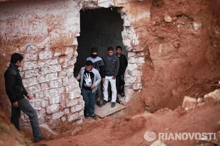 Жители города в подземном бункере военной базы в Ливии, разрушенной в результате ракетного обстрела