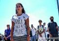 Участники молчаливой акции протеста на площади Таксим в Стамбуле