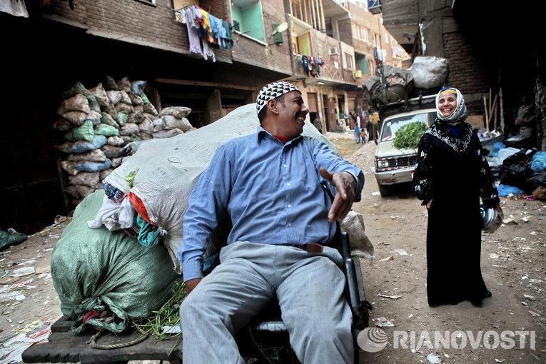 Жители района Маншият-Насир на окраине Каира, так называемого города мусорщиков. В этот район со всего города привозят мусор, который здесь сортируется
