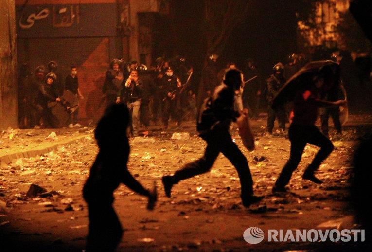 Столкновения демонстрантов и полиции недалеко от каирской площади Тахрир. Тысячи людей требуют отставки кабинета министров и военного совета