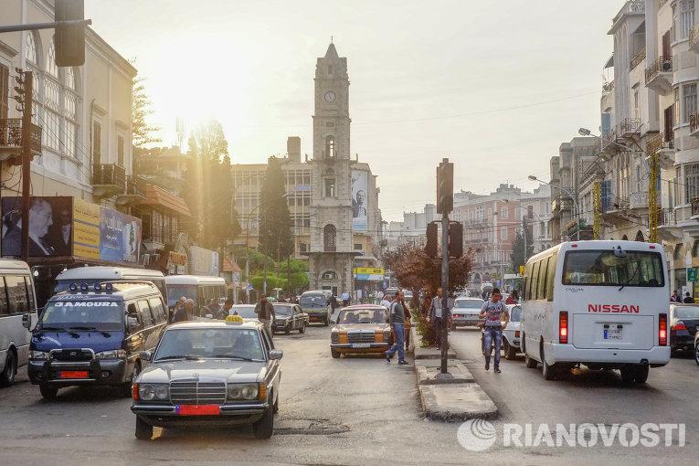Автомобильное движение на одной из улиц Триполи - города на севере Ливана, принявшего на себя один из основных потоков беженцев из Сирии