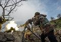 Военнослужащий правительственной армии Сирии ведет огонь из пулемета на позиции войск на одной из вершин возле города Кесаб, захваченного исламистами