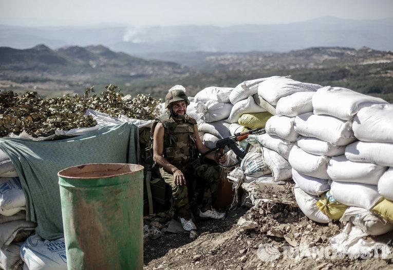 Солдат правительственных войск во время боевых действий неподалеку от турецкой границы