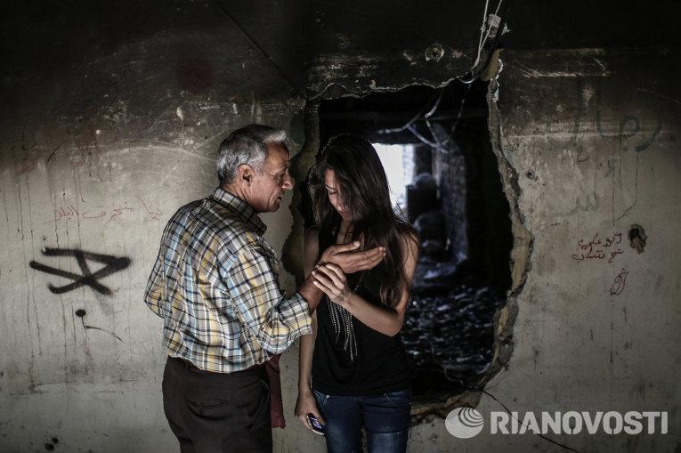 Сирийцы-христиане отец и дочь осматривают свой дом в центре Хомса, покинутый ими во время военных действий