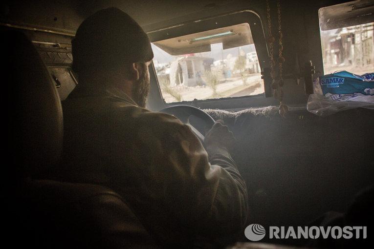 Военнослужащий сирийской армии за рулем бронеавтомобиля в сирийском городе Дарайя, где проходит операция по уничтожению вооруженных экстремистов