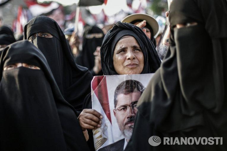 Митинг сторонников свергнутого президента Мухаммеда Мурси у мечети Рабия аль-Адавия в Каире
