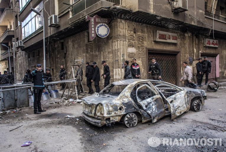 Автомобиль в переулке у площади Тахрир, сожженный во время столкновений полиции и сторонников оппозиции