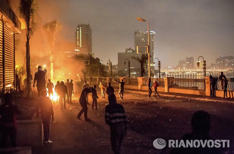 Столкновения участников акций протеста с полицией на набережной Нила возле площади Тахрир в Каире