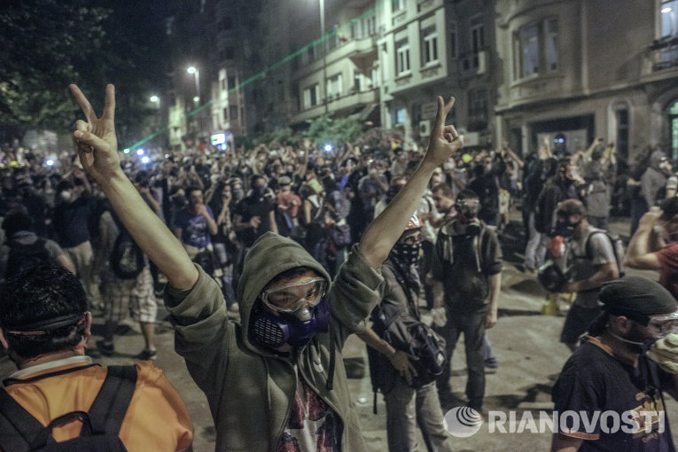 Протестующие строят баррикады во время столкновения с сотрудниками полиции в районе Бешикташ возле площади Таксим в Стамбуле