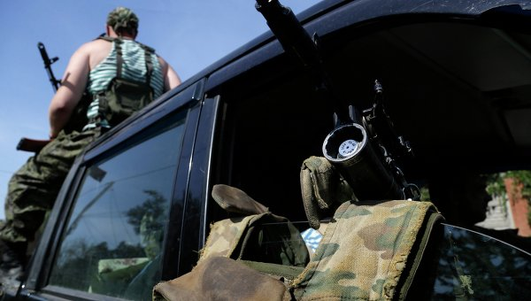 Вооруженные ополченцы в машине в Донецке