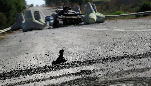 Солдатский ботинок у разбитого танка. Архивное фото